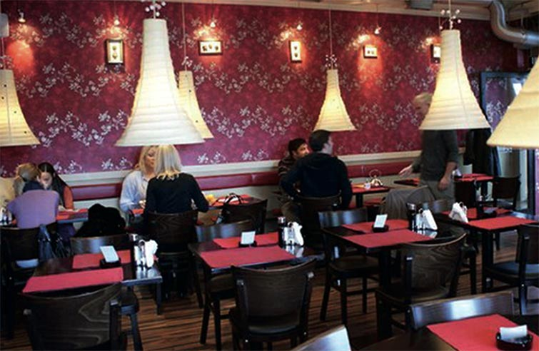 """Први ресторан """"Два штапића"""" отворен је 2005. године у Новом Саду, на углу улица Цара Лазара и Фрушкогорске"""