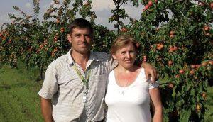 Верко Качаревић са супругом Љиљаном у воћњаку кајсија који су сами подигли