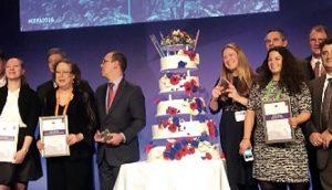 """Добитници награда ЕЕПА на """"SME Assembly 2016"""", у Братислави 24. новембра, поред рођенданске торте"""