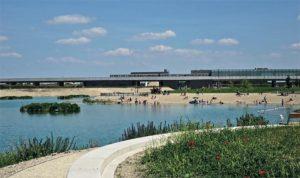Pogled sa jezera na metro stanicu