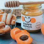 """""""ХЕПИ ХАНИ"""" – СРПСКИ МЕД КОЈИ ЈЕ ПОЧЕО ДА ПУТУЈЕ СВЕТОМ: Шта доноси насмејана пчелица"""