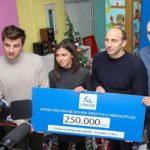 Delfini uručili donaciju i paketiće Svratištu za decu