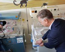 Komercijalna i Fond B92 donirali inkubator bolnici u Vršcu